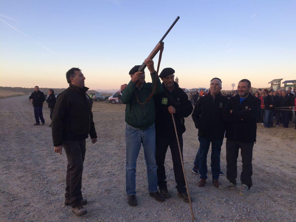 Garzón dando el disparo tradicional que abre el paso de los rebaños en Bardenas Reales de Navarra, septiembre 2017